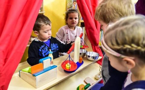 Symbolbild: Kaufmannsladen, Kinder lernen bereits früh mit Geld umzugehen. ©2017 Volker Watschounek