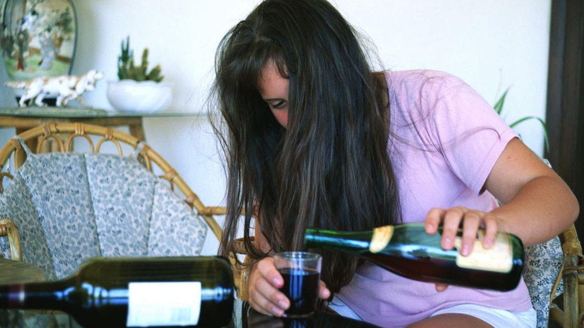 70 Prozent der 16 bis 21-Jährigen in Deutschland konsumieren Alkohol nur gelegentlich oder nie. SDas Mädchen gehört nicht dazu. ©2018Polizei-Beratung
