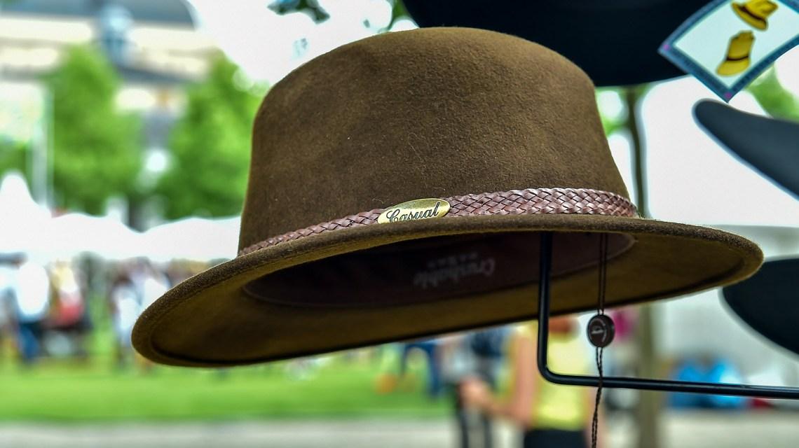 Die Kunst Hüte zu machen zählt ebenso dazu wie Stricken, Nähen, Zimmern und Modellieren. @2018 Volker Watschounek