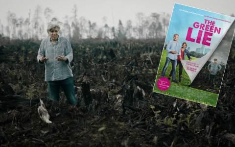 """Werner Boote steht in einem verbrannten Feld, Szene aus """"Die grüne Lüge"""". ©2018 Die Grüne Lüge"""
