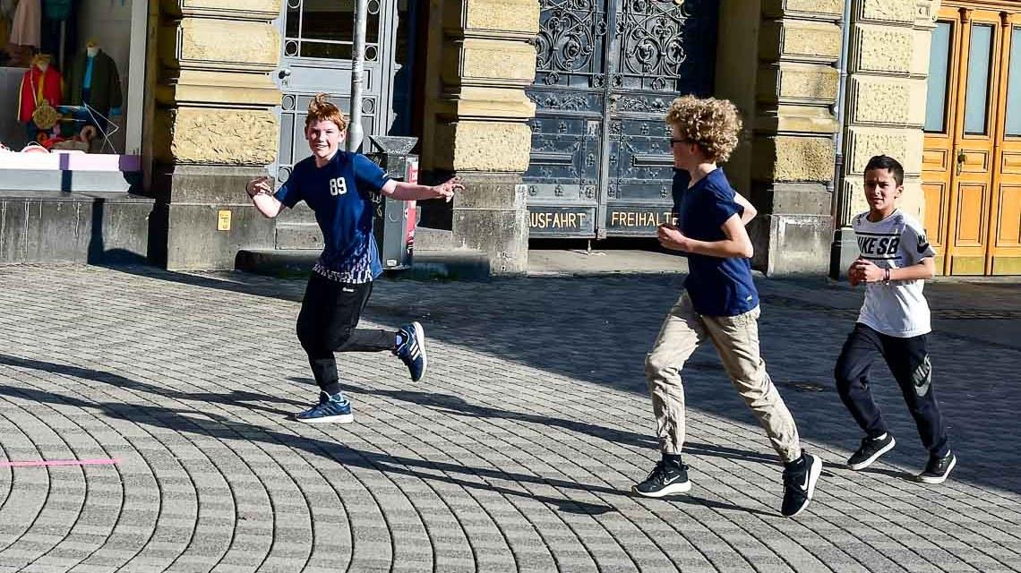 Gegen Rassismus: 600 Meter um das Wiesbadener Rathaus