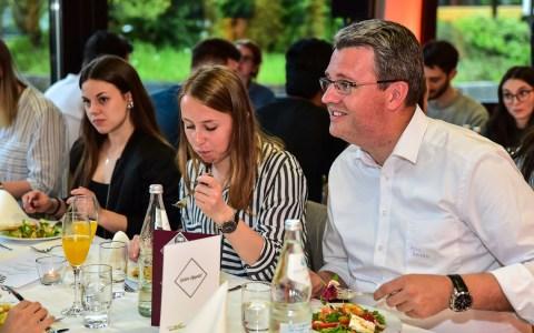 Staatssekretär Patrick Bukhardt tauscht sich beim Essen mit den Studenten aus. ©2018 Volker Watschounek