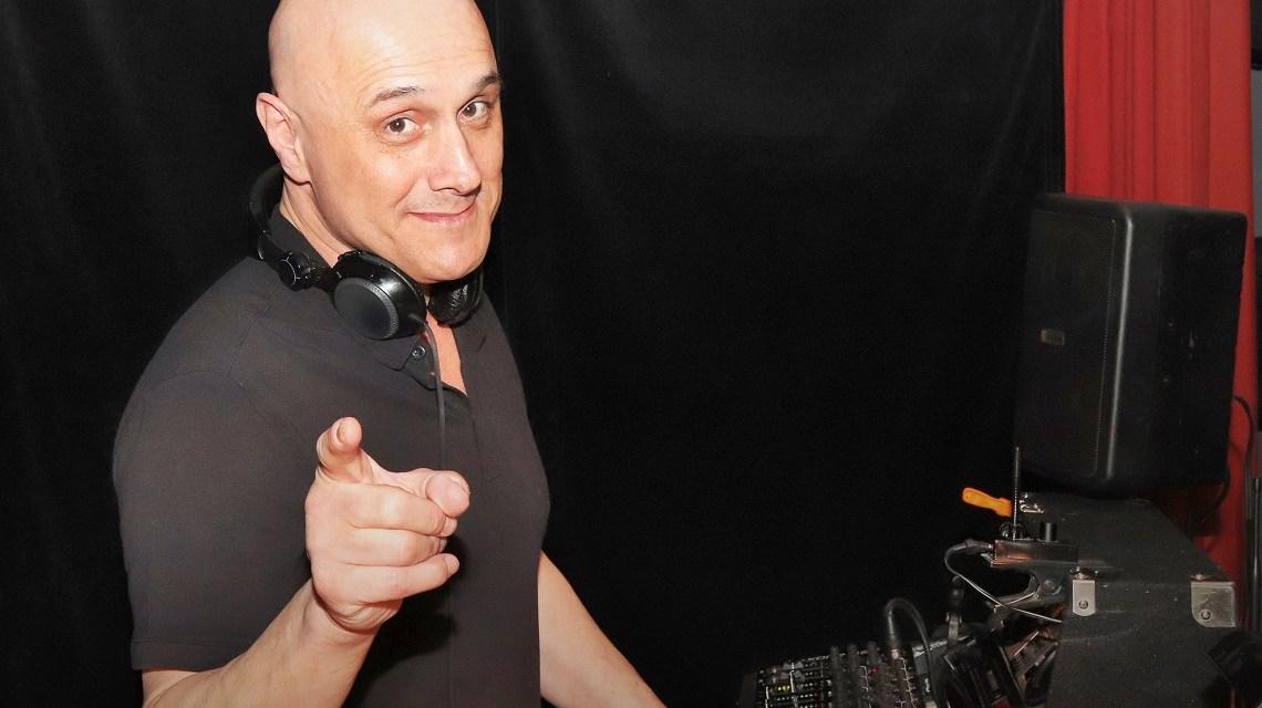 DJ Dee bei der Ü40 Party im Theater im Pariser Hof