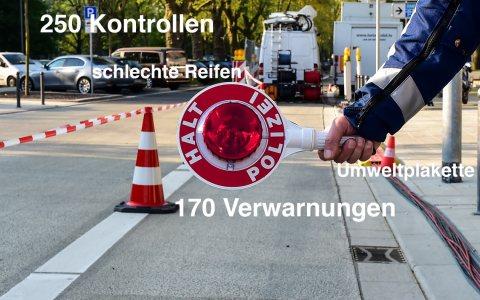 Symbolisch, der Polizist weist darauf hin, dass hier kein durchkommen ist. ©2018 Volker Watschounek