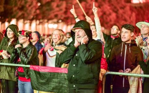 Public Viewing vor dem Kurhaus / Casino: Immerhin, bei anhaltendem Regen kamen circa 300 Personen um gemeinsam das Halbfinale Deutschland gegen Brasilien zu sehen. Es war ein Fußballfest, das 7:1 endete, für Deutschland.