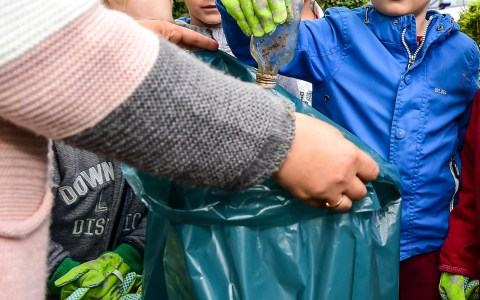 "Aktionstag ""sauberhafter Kinderharten"". Vorschulkinder der Kita Kängeru in Erbenheim machen in den umliegenden Straßen sauber. ©2018 Volker Watschounek"