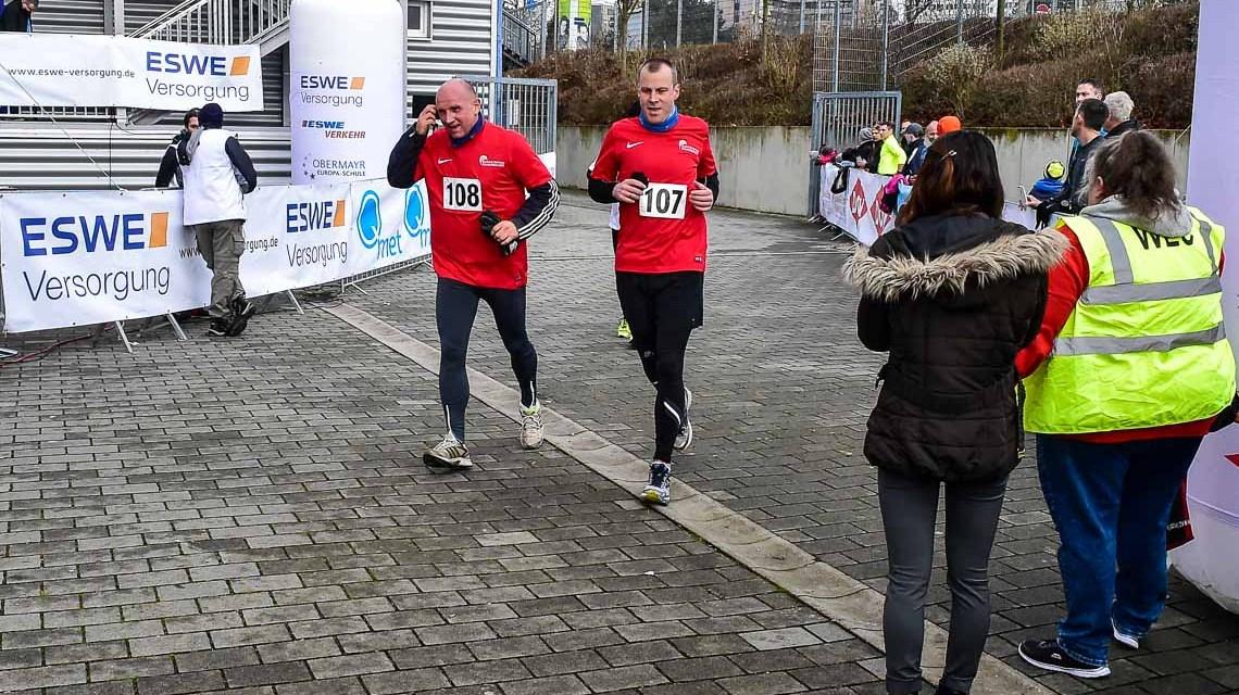 Erster EnergyRun in Wiesbaden. Etwas über 150 Läufer machten sich bei Temparaturen von um die fünf Grad auf den Rundkurs von der Brita Arena in die Stadt zum RMCC. Nach den Erwachsenen starteteten die Schüler. Für sie war das Ziel am RMCC erreicht.