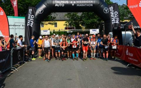 """Mit einem """"Seid ihr alle soweit?"""" und dem folgendem Startschuss hat Wiesbadens Oberbürgermeister Sven Gerich am Samstagmorgen die Läufer des 50-Kilometer Ulramarathins und die Läufer vom Wiesbaden Marathon auf die Laufstrecke geschickt. ©2018 Volker Watschounek"""