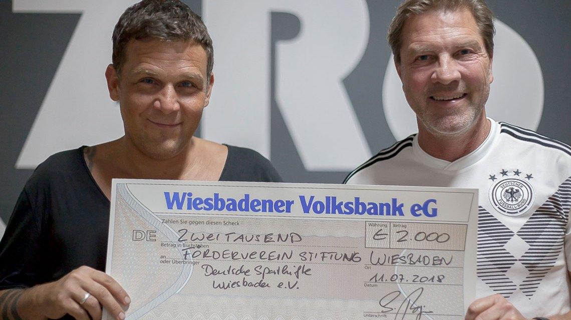 Sascha Burjan (links im Bild) mit dem 1. Vorsitzenden des Fördervereins Deutsche Sporthilfe Wiesbaden e.V., Andreas Steinbauer bei der Scheckübergabe. ©2018 Förderverein