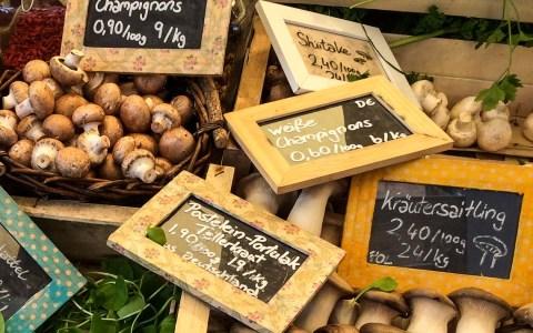 Pilze, Pilze, Pilze … auf dem Wiesbadener Wochenmarkt. ©2018 Volker Watschounek