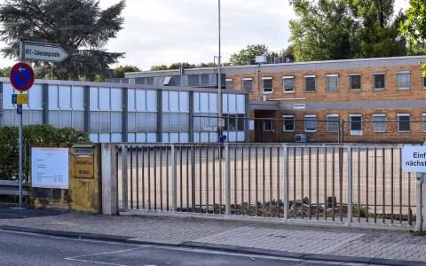 Wiesbadens KfZ-Zulassungsstelle in der Stielstraße. Sanierungsbedürftig. 2018 Volker Watschounek