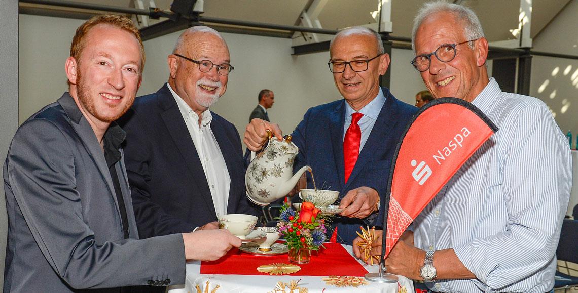 Der Wiesbadener Sozialdezernent Christoph Manjura, Professor Bernhard Meyer, Naspa-Vorstandsmitglied Bertram Theilacker und ein Wiesbadener Handwerker (v.l.n.r.) beim Kaffeekränzchen vor dem Vortrag. ©2018 Naspa