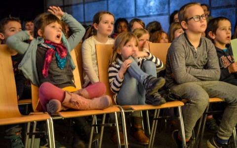 Zum Start der Wiesbadener Kinderkulturtage hat Bürgermeister Arno Goßmann persönlich vorbeigesehen, im Kinder- und Jugendzentrum Biebrich. ©2015 Volker Watschounek