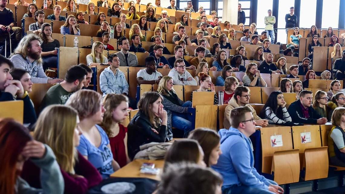 Hochschulinforationstag: Info im Hörsall der Hochschule RheinMain Foto: Volker Watschounek