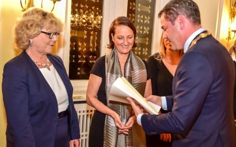 Oberbürgermeister Sven Gerich überreicht Christina Doppe stellvertretend für das Team vom Freiwilligenzentrum den Integrationspreis der Landeshauptstadt Wiesbaden 2018. ©Volker Watschounek