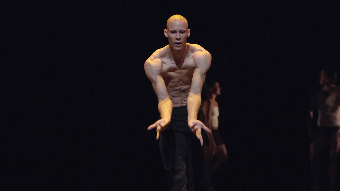 Ramon A John in der Balletaufführung Spiegelungen. ©2018 Regina Brocke