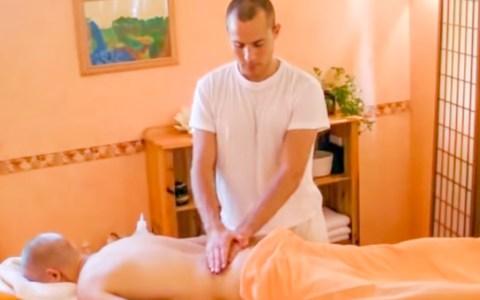 Die Ayurveda-Massage folgt einem festen Ritual an deren Anfang die Zentrierung des Masseurs steht. ©2018 Yoga Vidya / youtube