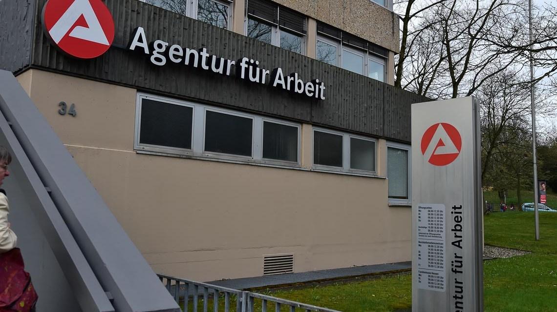 Arbeitslose,Arbeitsmarkt, Ausbildung, Agentur für Arbeit in der Klarenthaler Straße. Nach der Erziehungspause.©2018 Volker Watschounek