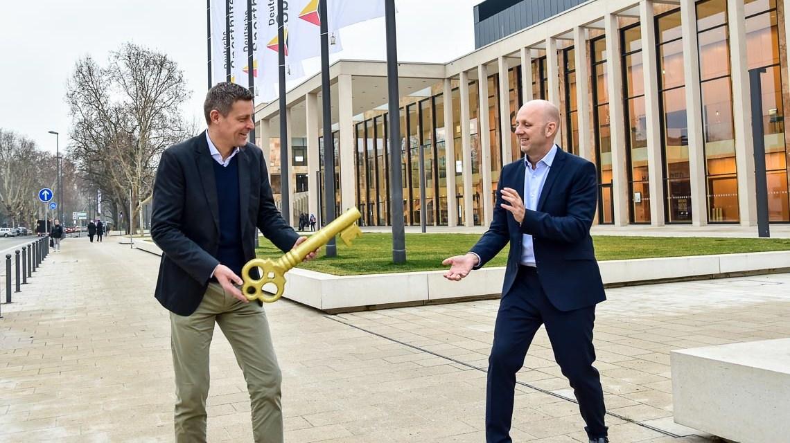 Oliver Heiliger übergibt den Schlüssel an Oliver Rau. ©2019 Volker Watschounek