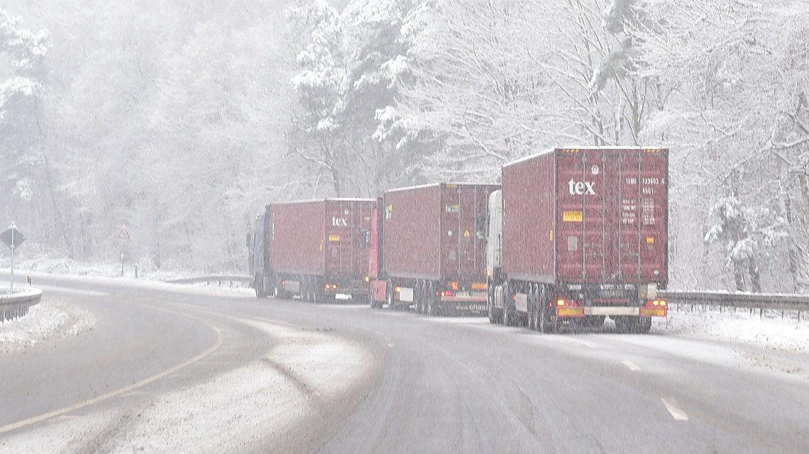 Schneesturm: Winterreifen, was ist das. LKWs bleiben liegen. ©2018 Volker Watschounek