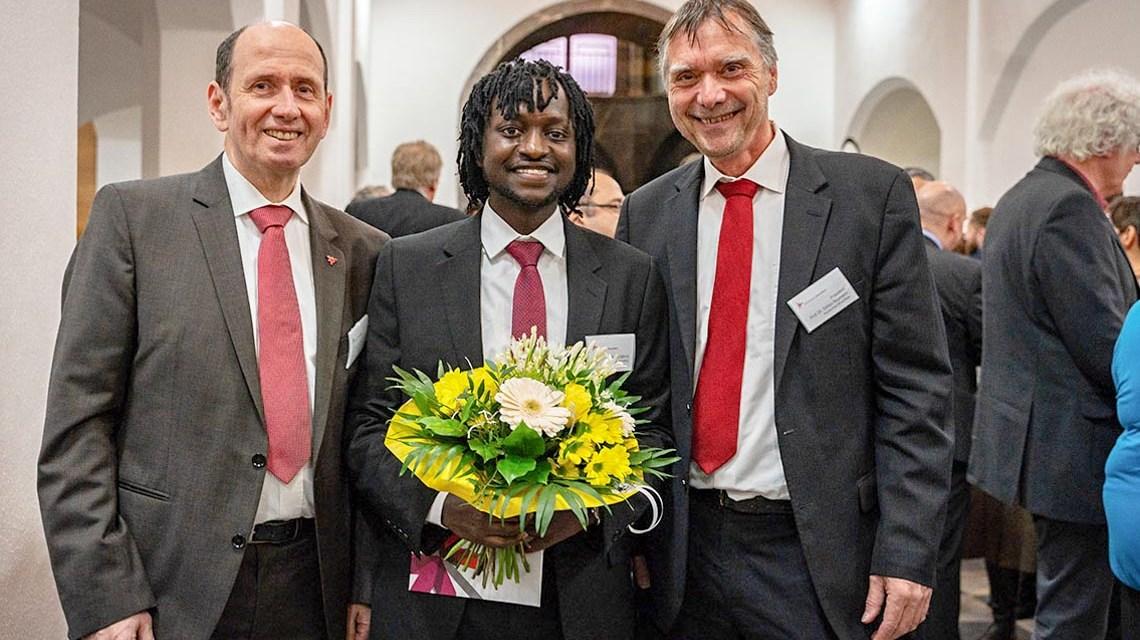 DAAD-Preisträger Moses Githinji (m.) mit Hochschulpräsident Prof. Dr. Detlev Reymann (re.) und Prof. Dr. Claus Schul. © Johannes Bruns | Hochschule RheinMain