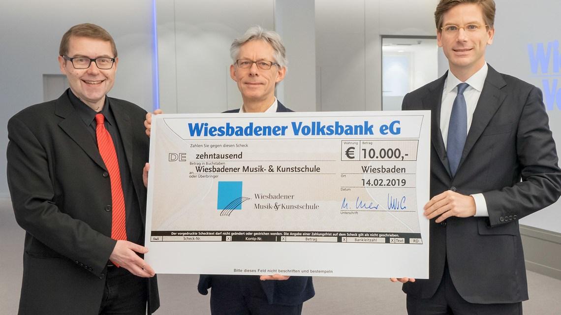 Axel Imholz, 1. Vorsitzender der Wiesbadener Musik- & Kunstschule e.V. – Christoph Nielbock, Direktor der Wiesbadener Musik- & Kunstschule e.V. – Dr. Matthias Hildner, Vorstandsvorsitzender der Wiesbadener Volksbank