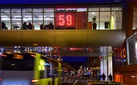Stickoxid-Konzentration mit LED-Istallationen: Stadtluft-Anzeige an der Schwalbacher Straße. ©2019 Volker Watschounek