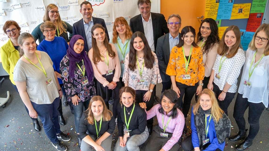 Oberbürgermeister und Schirmherr Sven Gerich im Kreis von Studenten. ©2019 Hochschule RheinMain