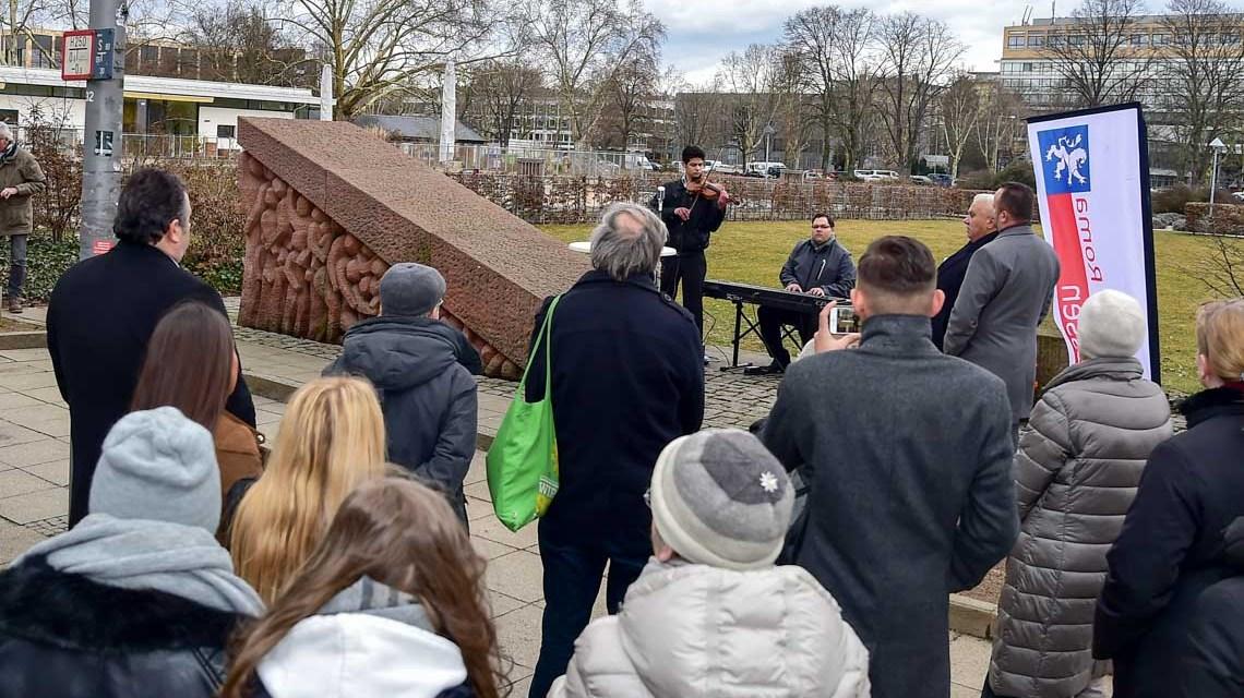 Seit 1992 steht in der Bahnhofstraße ein Mahnmal, das dauerhaft an die Deportation von 119 Wiesbadener Sinti in das Konzentrationslager. ©2019 Volker Watschounek