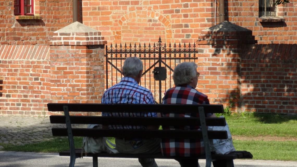 Themenwoche, Senioren auf Parkbank @2019 Flickr / CC-BY-20 Ralf Kothe