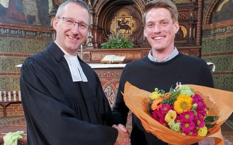 Bergkirchenpfarrer Helmut Peters führt Markus Gisert in sein neues Amt ein. ©2019 Bergkirchenviertel