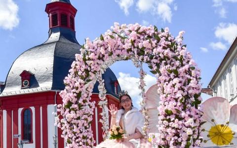 Annalena I. führte den 66. Umzug zum Nauroder Äppelblütenfest an, Vanessa I. schloss ihn ab. Dazwischen fanden rund 30 Wagen und Fußgruppen aus Naurid platz. ©2019 Volker Watschounek