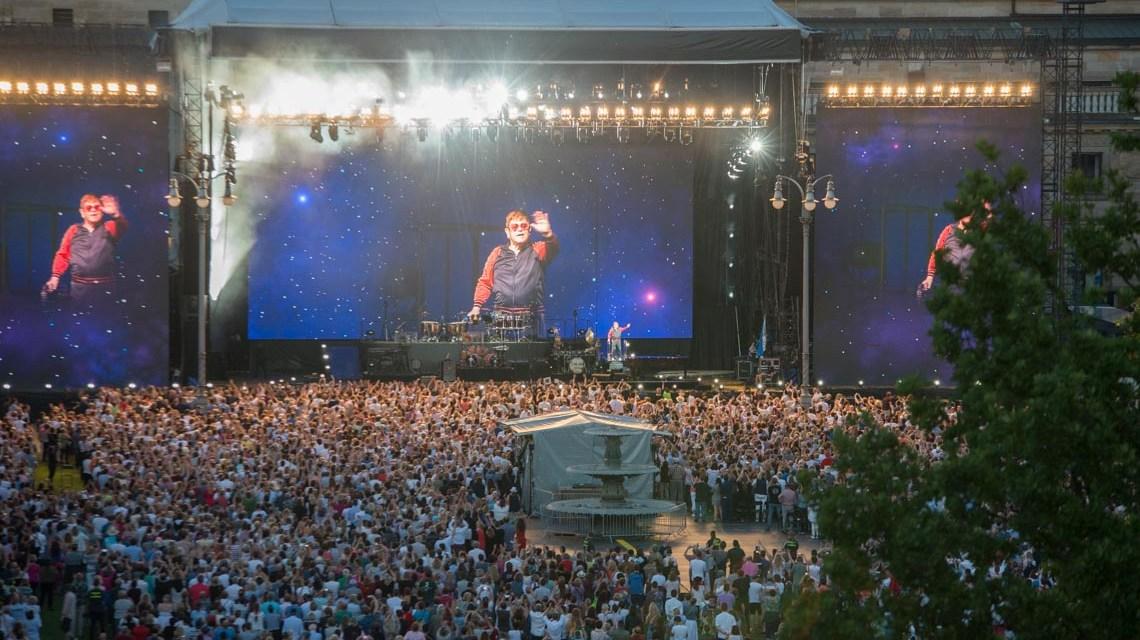 Fans feiern Elton John in Wiesbaden