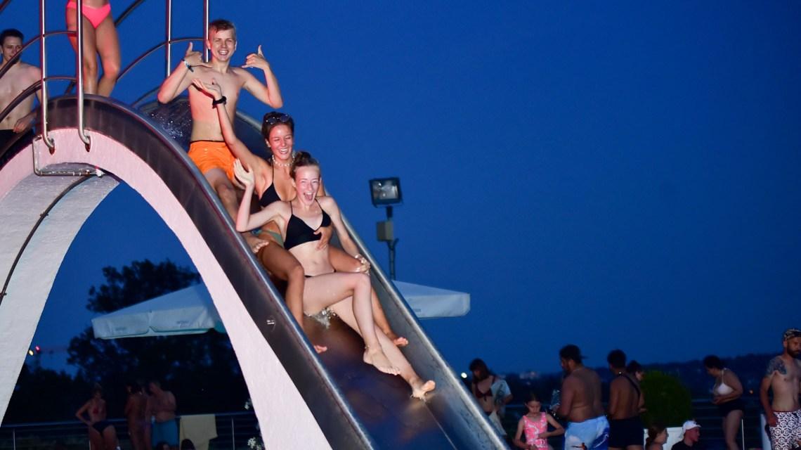 Opelbad und Nachtschwimmen, im Bild Paul Groebel, Emma Handschuh, Marie Mieslich auf der Rutsche. Foto: Volker Watschounek
