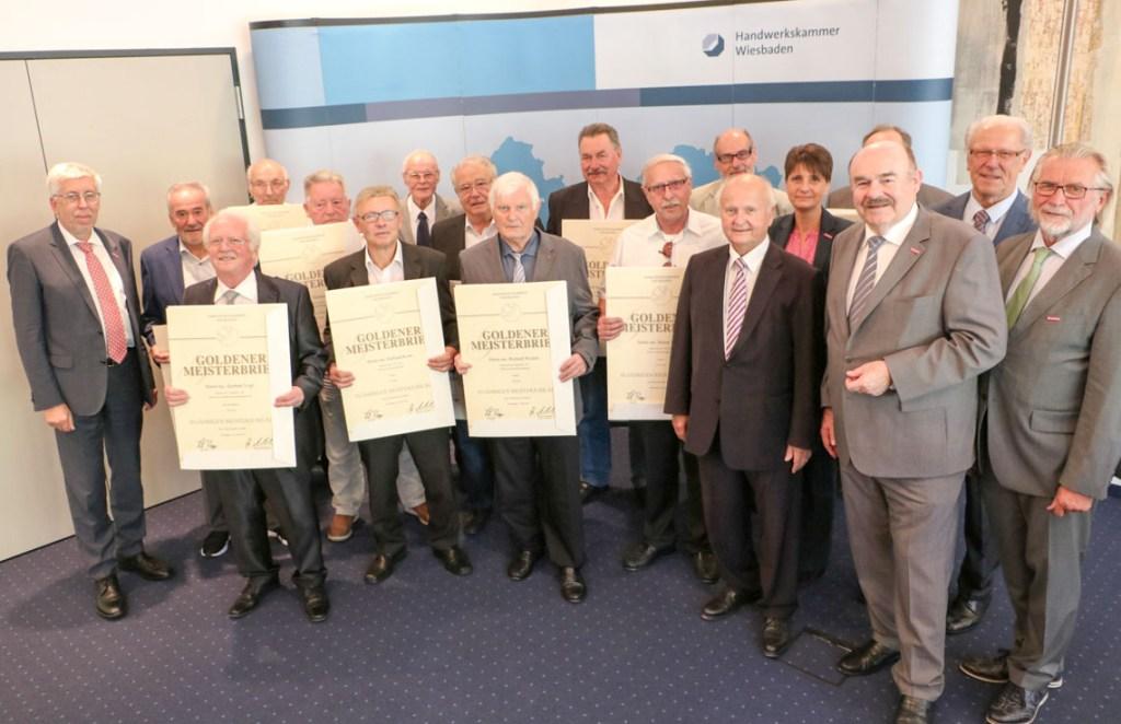 Die Goldenen Meisterbriefe bekamen die Handwerksmeisterinnen und Handwerksmeister aus Wiesbaden und dem Rheingau-Taunus-Kreis überreicht, die vor 50 Jahren ihre Meisterprüfung ablegten. Foto: Handwerkskammer