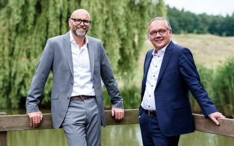 Markus Hankammer, CEO der BRITA Gruppe (l.), und Ralf Schodlok, Vorstandsvorsitzender der ESWE Versorgungs AG, freuen sich auf die gemeinsame Umweltpartnerschaft. ©2019 Nicole Hankammer