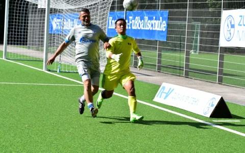 Die Traditionjself von Schalke 04 spielt gegen die Betriebssportgruppe Fußball der R+V Versicherung.
