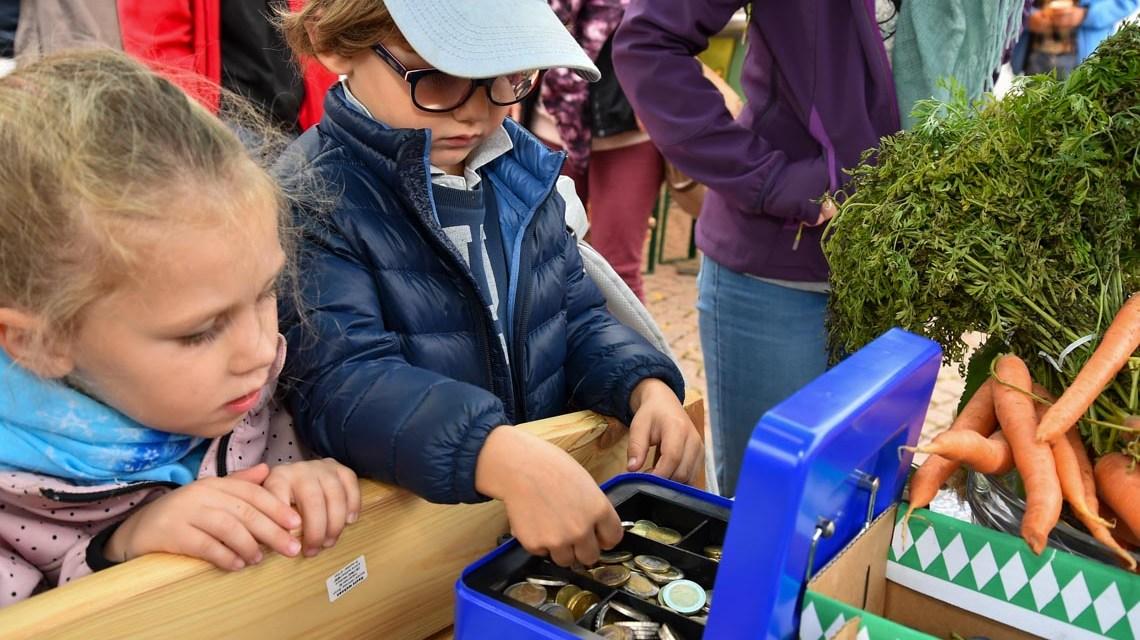 Kindermarkt: Schulkinder verkaufen Obst und Gemüse