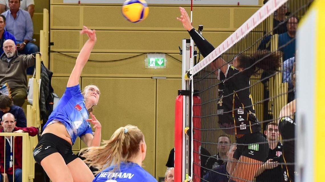 Wiesbaden verliert sein erstes Heimspiel nach einer 2:0 Führuzng gegen den Tabellenführer aus Potsdam. Tanja Großer im Angriff Foto: Volker Watschounek