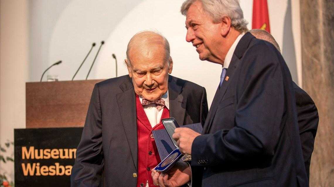 Der Hessische Ministerpräsident Volker Bouffier hat den Wiesbadener Kunstsammler Ferdinand Wolfgang Neess mit der Georg August Zinn-Medaille geehrt.