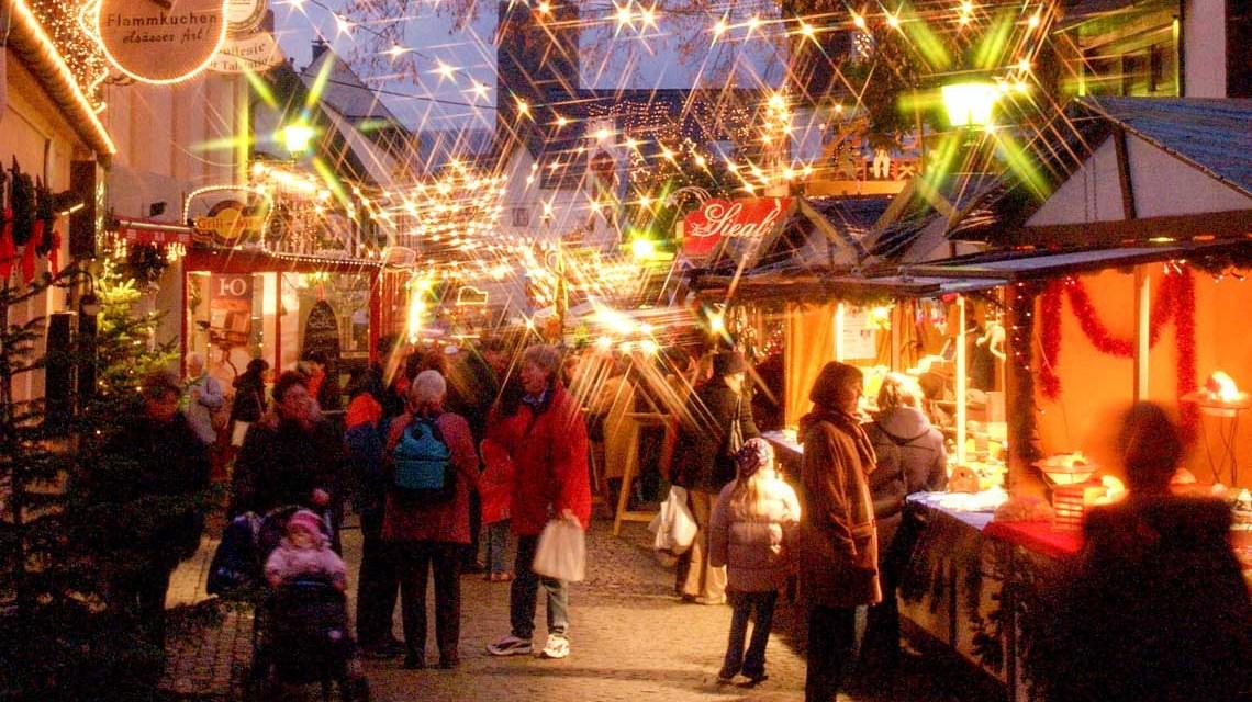 Christkind, Nikolaus und Weihnachtsmann besuchen den Weihnachtsmarkt der Nationen in Rüdesheim