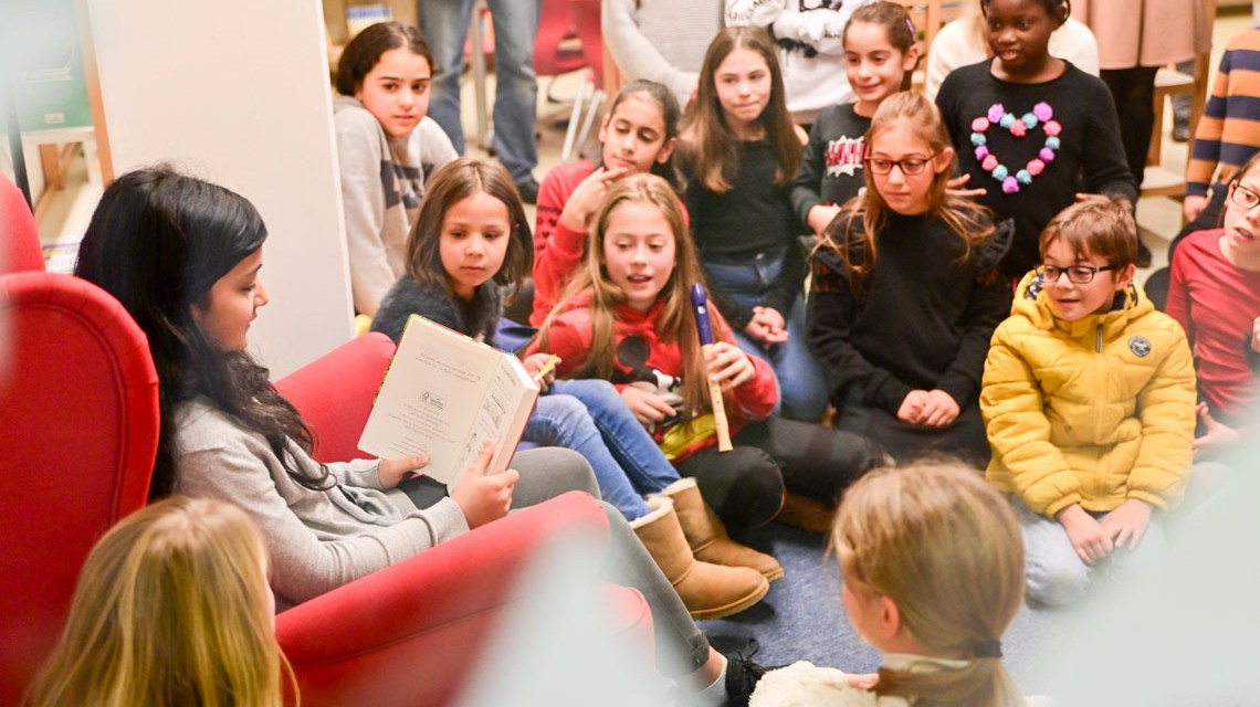 Oberbürgermeister Gert-Uwe Mende und Sozialdezernent Christoph Manjura eröffnen die neue Schulbibliothek der Grundschule Schelmengraben. ©2019 Volker Watschounek