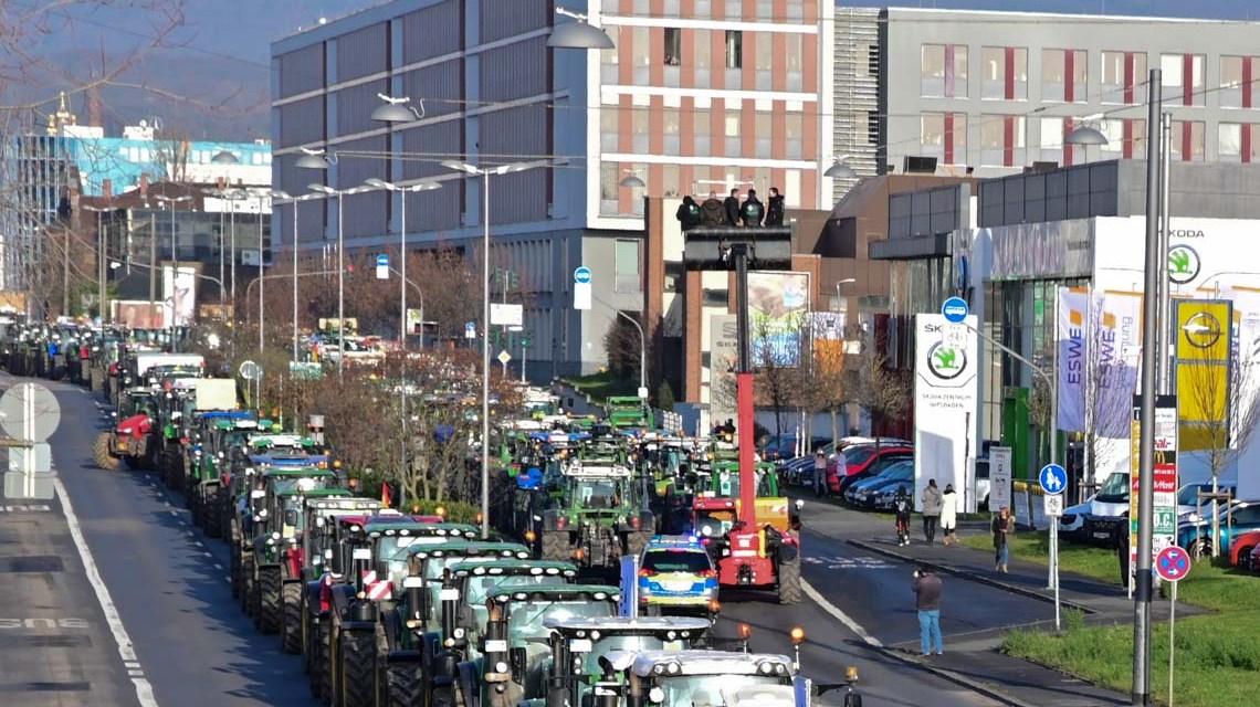 Bauerndemo: Weit über 1000 Bauern legen mit Ihren Traktoren die Mainzer Straße lahm. ©2019 Volker Watschounek
