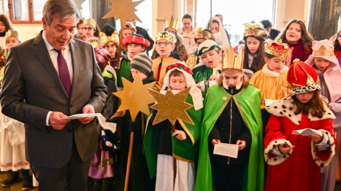 In Wiesbaden sind aktuell Kinder der Gemeinden St. Bonifatius, St. Birgid und St. Peter und Paulals Sternsinger unterwegs