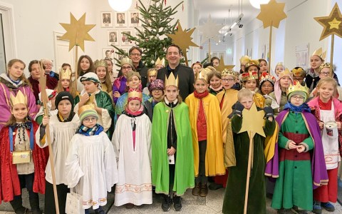 Kultusministerium begrüßt die Wiesbadener Sternsinger.