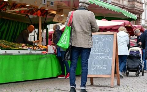 Markttreiben auf dem Wiesbadener Wochenmark in Coronazeiten Foto: Volker Watschounek