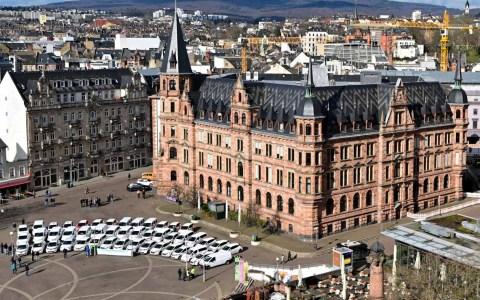Neuer Fuhrpark der Stadt Wiesbaden, 55 von rund 200 Fahrzeugen, die ausgetauscht werden. Foto: Volker Watschounek
