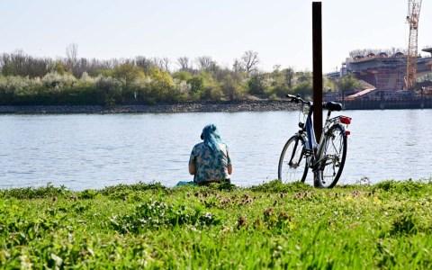Frau am Rhein in Biebrich