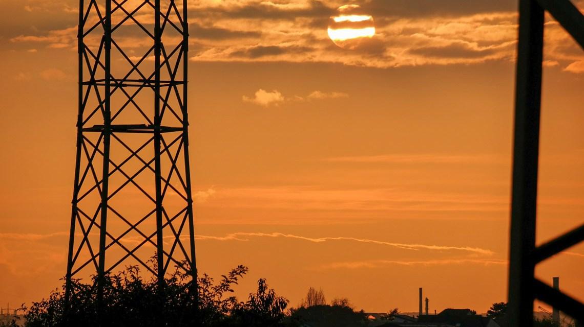 Sonnuntergang mit Strommast @2020 Thomas B. auf Pixabay