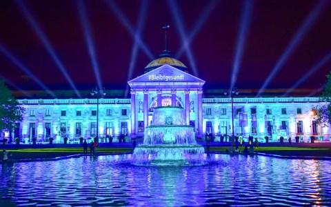 Was machen Lichttechniker, wenn alle Veranstaltungen ausfallen: sie iluminieren Gebäude. #Wiesbadenleuchtet